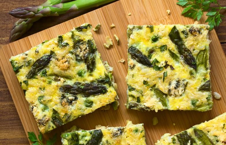 """Ricetta """"healthy"""" da pranzo all'aperto: frittata con patate e asparagi"""