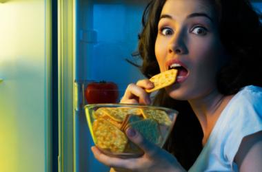 Mangiare di notte fa ingrassare di più
