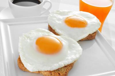 bigstock-somme-heart-shaped-fried-eggs--58746341