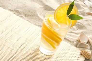 Un bicchiere di acqua e limone al giorno toglie il medico di torno