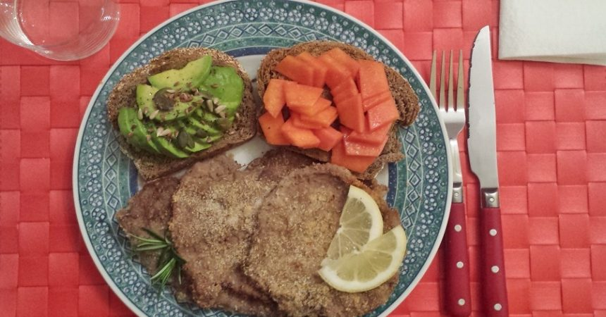 Scaloppine di manzo e crostini di pane con papaya e avocado