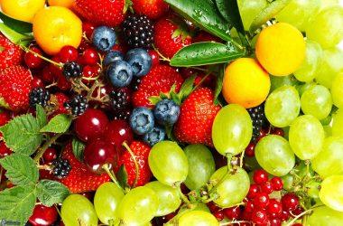 Macedonia di frutta fresca e mix di semi